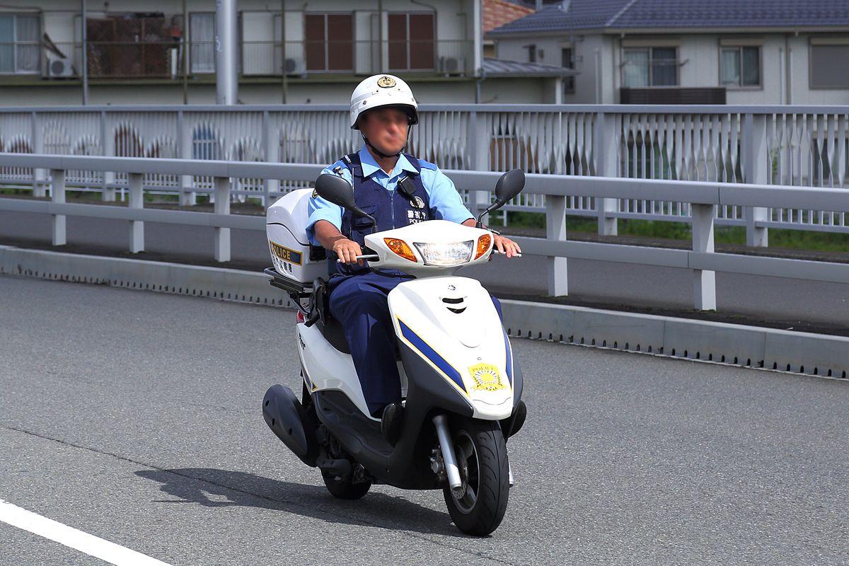 バイクに乗る警官
